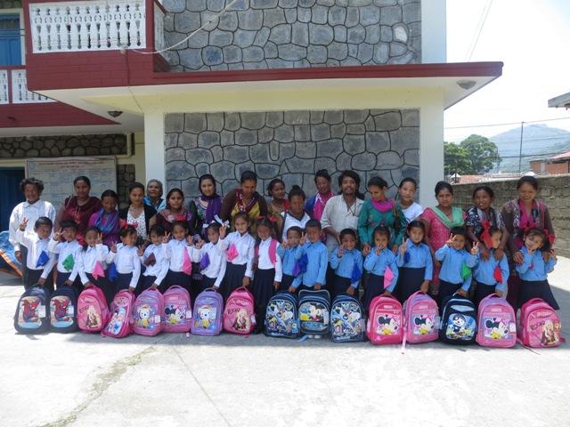 बालबालिकाहरुले  शैक्षिक सामाग्री र  पोशाक प्राप्त गरिसके पछी   अभिभाबकसंग फोटो खिच्याउदै