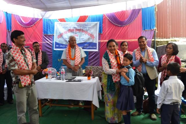 गण्डकी प्रदेशका सामाजिक विकास मन्त्री श्री नरदेवी पुन ज्यू बाट बालवालिकाहरूलाइ शैक्षिक सामाग्री वितरण गर्नुहुदैं ।